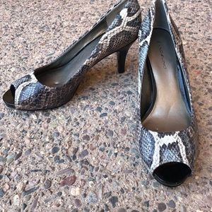 Bandolino Peep Toe Snake Skin Black Heel Size 8